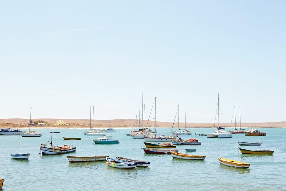 Båtar i vattnet utanför staden Palmeira på Sal