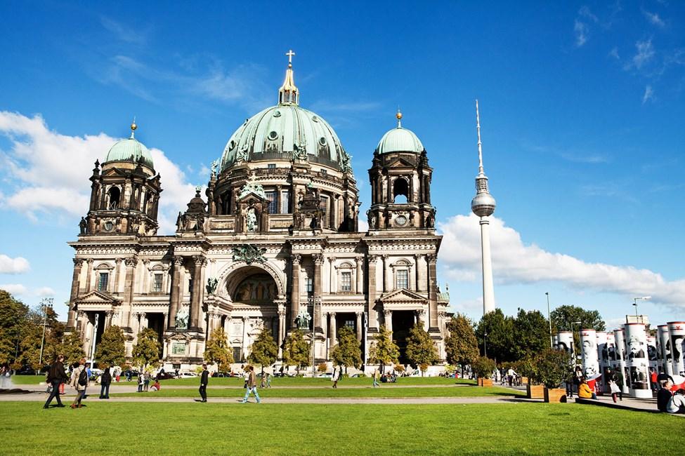 Berliner Dom med tv-tornet på Alexanderplatz i bakgrunden, Berlin