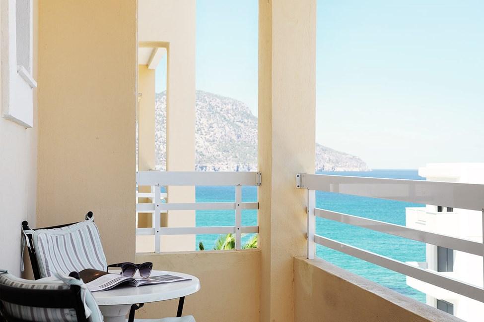 Tvårumslägenhet med balkong och begränsad havsutsikt