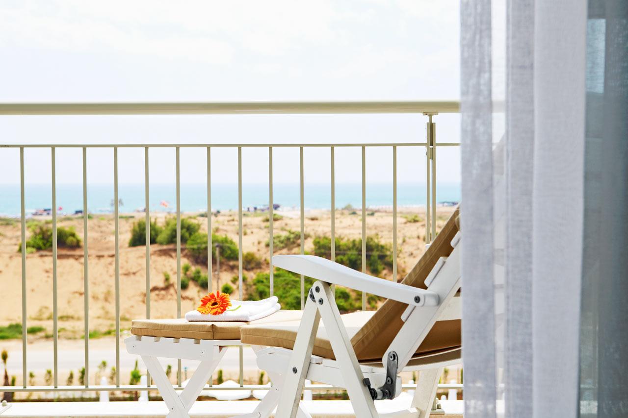 Tvårumslägenhet Royal Family Suite med balkong mot poolområdet.