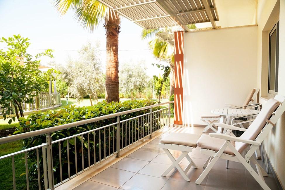 Tvårumslägenhet Lollo & Bernie Suite, terrass mot trädgården.