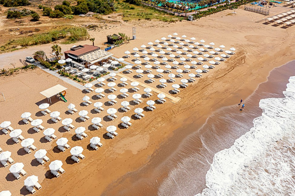 På stranden vid Sunwing Side Beach finns det gott om solstolar och parasoll,