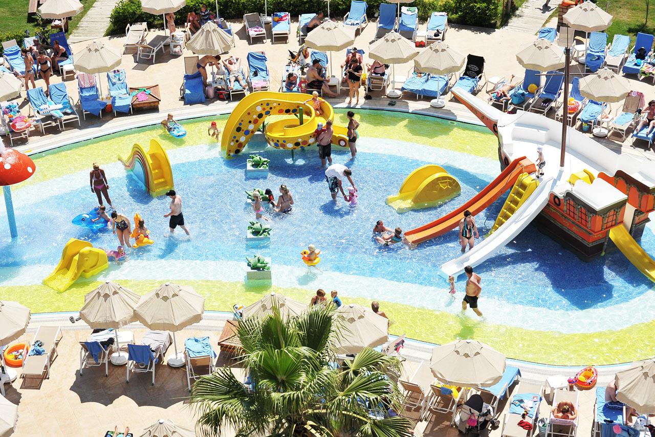Härligt poolliv för hotellets yngsta gäster
