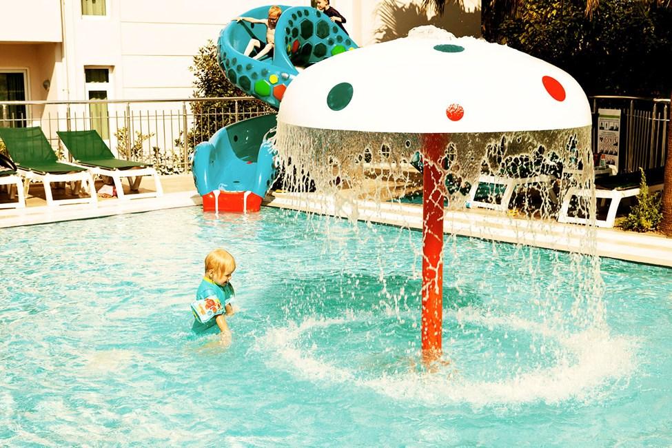 Barnpool med mindre vattenrutschbana