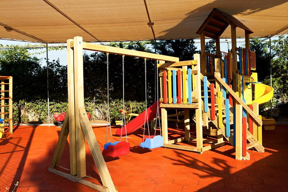 Fin lekplats med skuggande tak mot solen