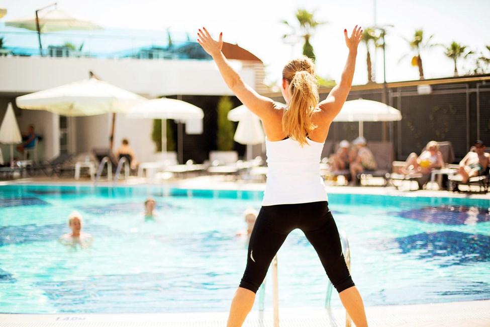 Våra duktiga instruktörer leder water aerobics och gruppträningspass