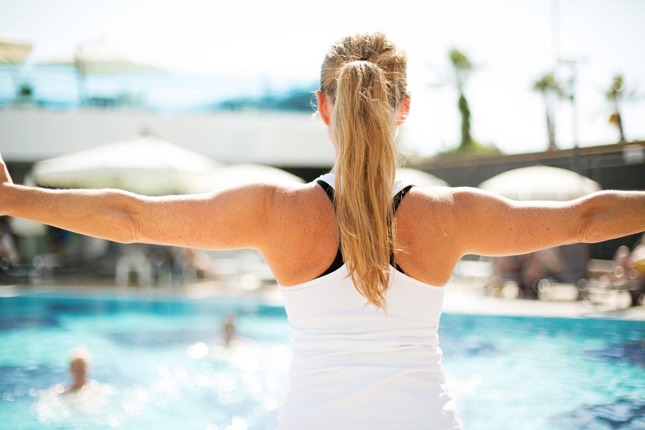 I poolen leder våra duktiga instruktörer water aerobics