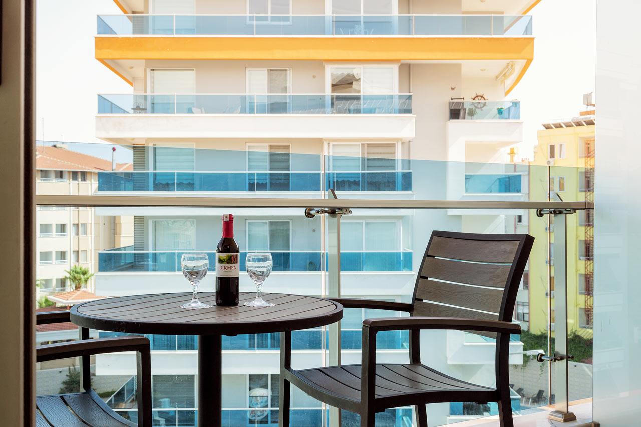 Classic Room med balkong och utsikt mot närliggande byggnader eller gata (Frukost inkluderat)