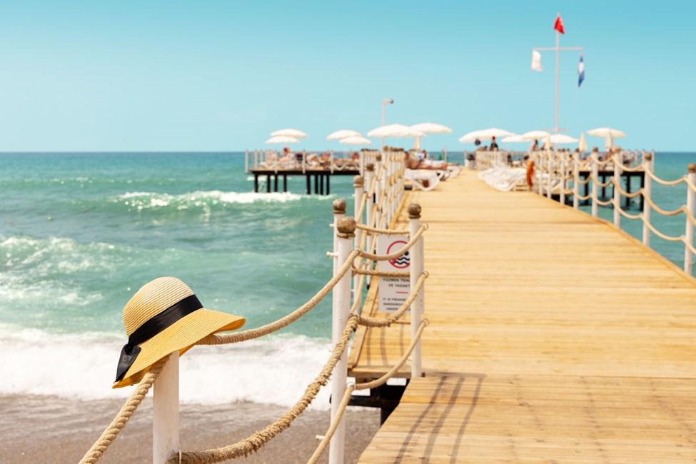 Pir och strandområde utanför Sunprime C-Lounge.