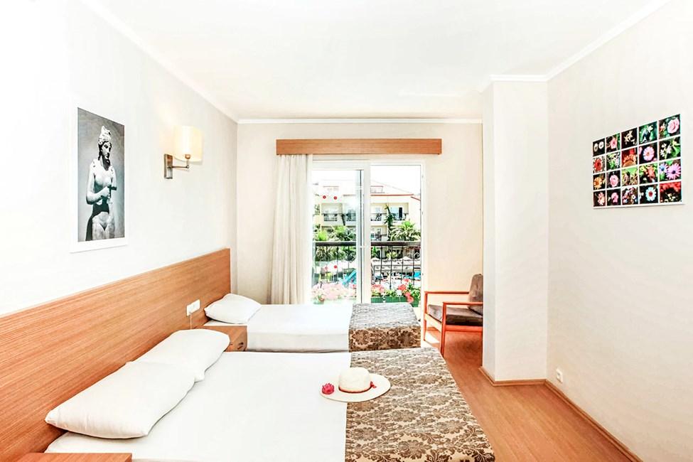 3-rumslägenhet med 4 ordinarie bäddar och balkong mot poolområdet
