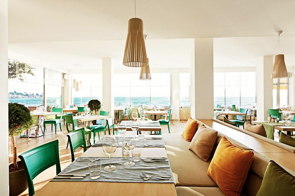I Sunprime Restaurant & Bar väljer du själv om du vill sitta inne eller ute. Utsikten är lika fantastisk vad du än väljer.