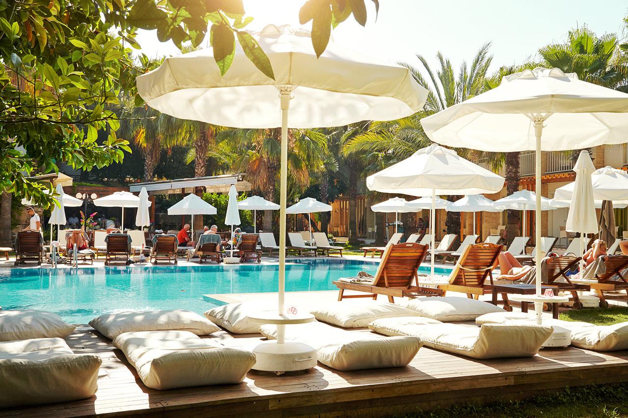 Det är bekvämt att tillbringa sin semesterdag vid hotellets pool.