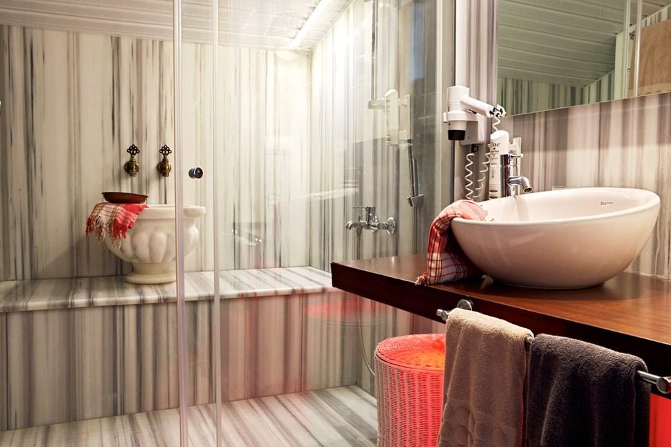 Penthouse Suite, balkong med havsutsikt. Badrum i turkisk stil.