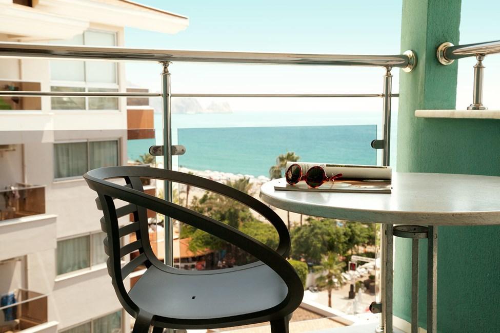 Junior Suite med balkong med begränsad havsutsikt