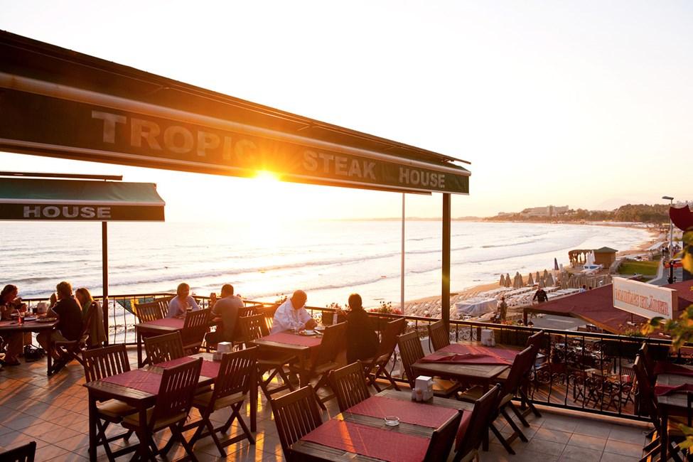 À la carte-restaurangen där du som valt enkel All Inclusive äter från meny med utsikt över havet