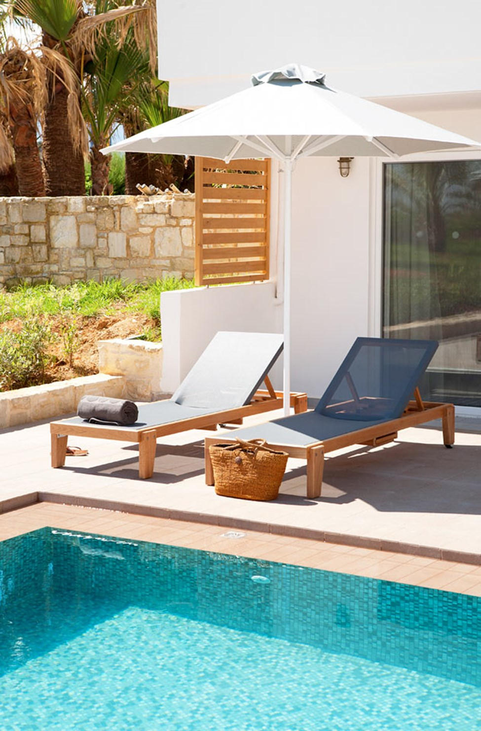 Classic Suite med Swim Out, terrass med direkt poolaccess.