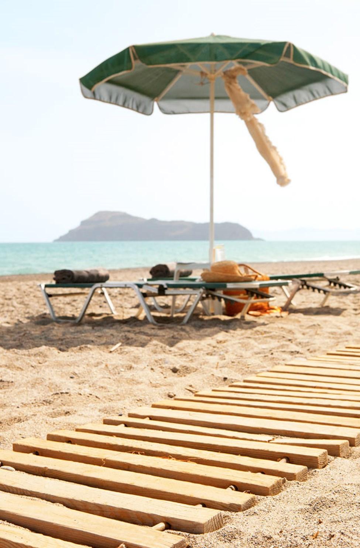 Solsängar och parasoller även vid stranden, några steg från hotellet.