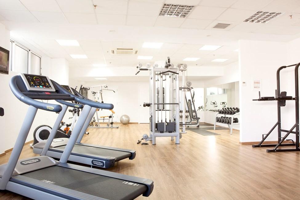 Gym med både maskiner och fria vikter.