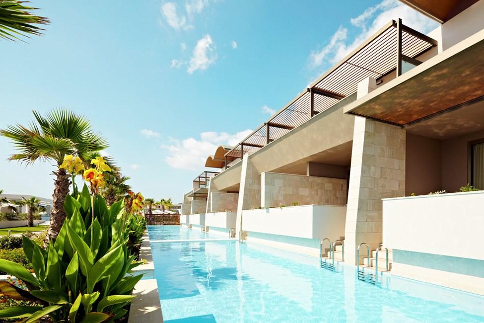 Dubbelrum med direkt access till gemensam pool (trappor ner i poolen)