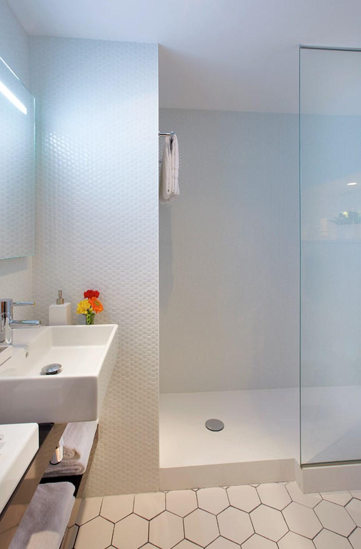 Badrum med dusch i enrumslägenhet