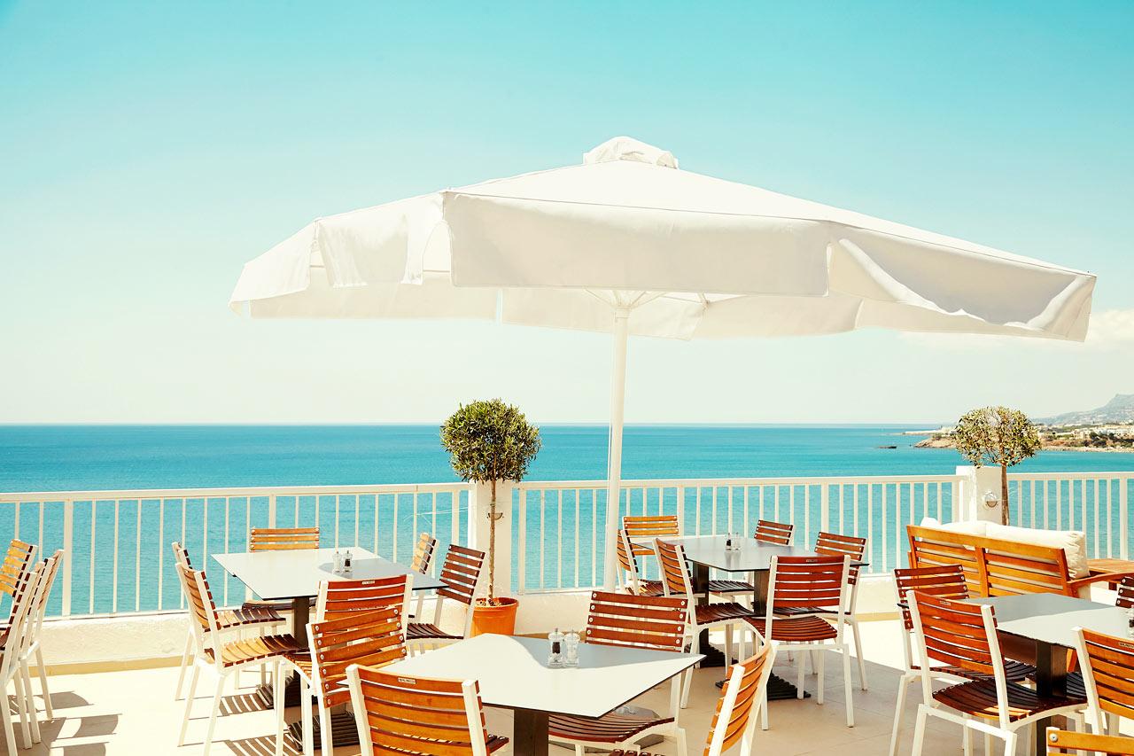 På bufférestaurangens härliga terrass njuter du av både god mat och vacker utsikt.
