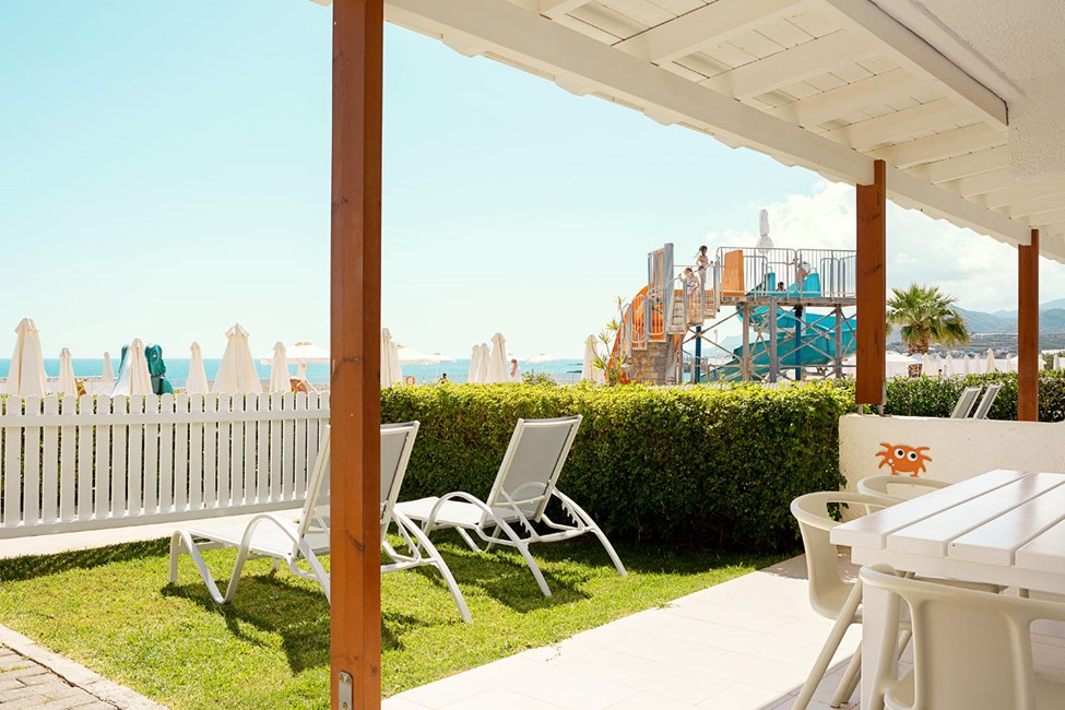 Tvårumslägenhet Lollo & Bernie Suite, terrass mot poolområdet, Apollon.