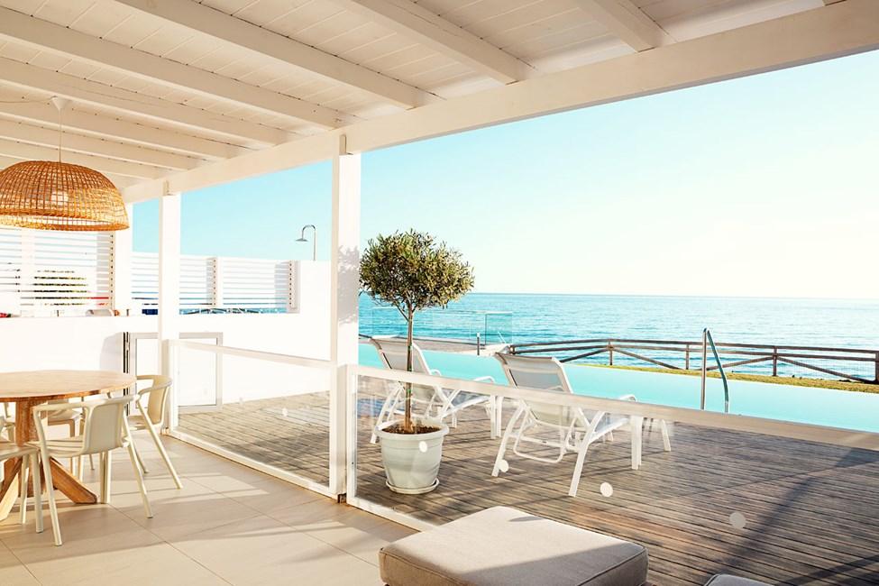 Trerumslägenhet Royal Pool Suite, stor terrass med havsutsikt och direkt access till privat, delad pool. Två sovrum.