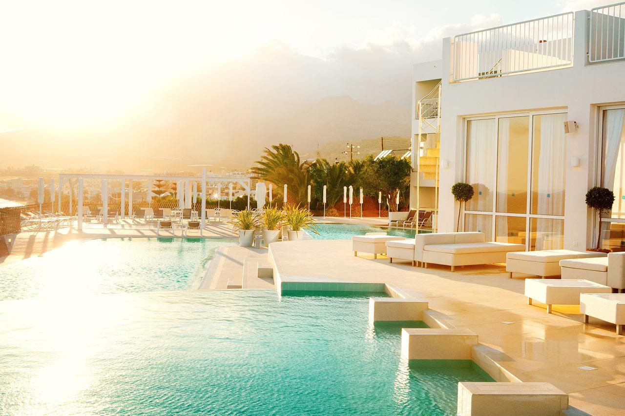 Hitta favoritplatsen vid poolen eller terrasserna ner mot havet. Det här är Beach Club-poolen.