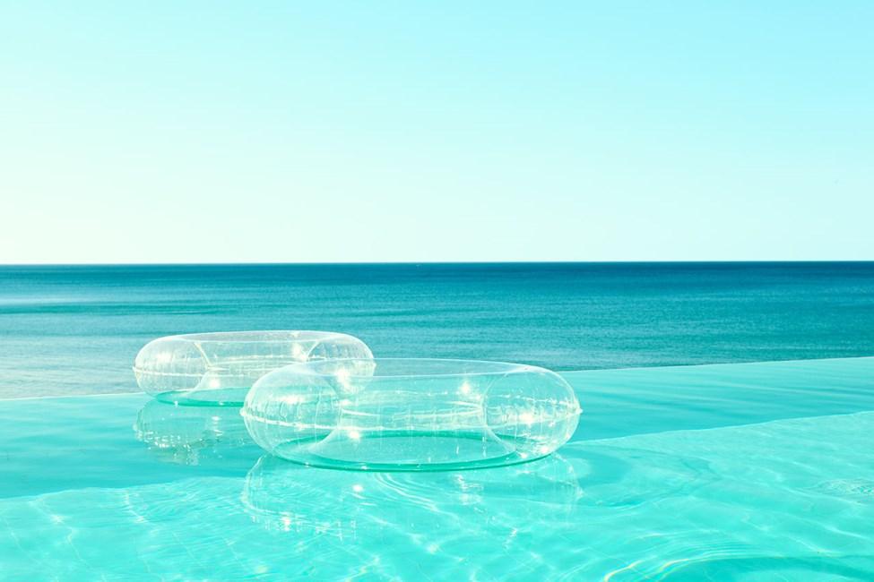 I Beach Club Pool simmar du med utsikt över havet.