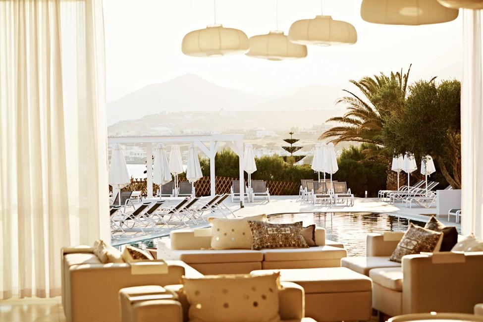 Lounge med utsikt över poolen och havet.