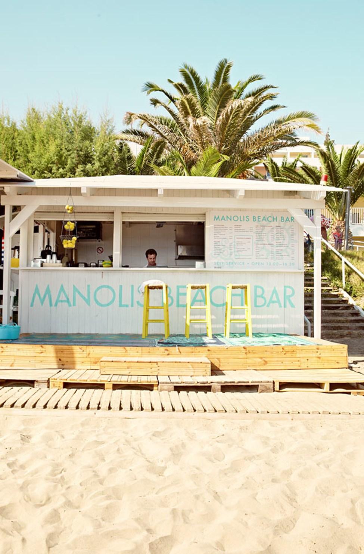 I Manolis Beach Bar hittar du kall dryck och enklare rätter för din lunch på stranden.