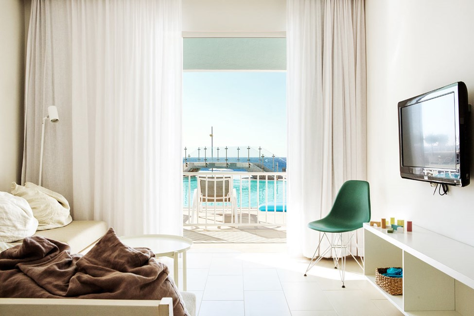 2-rums Club Suite, terrass med havsutsikt och poolaccess.