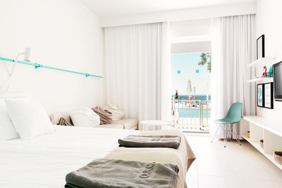 1-rums Compact Pool Suite, terrass med havsutsikt och poolaccess.