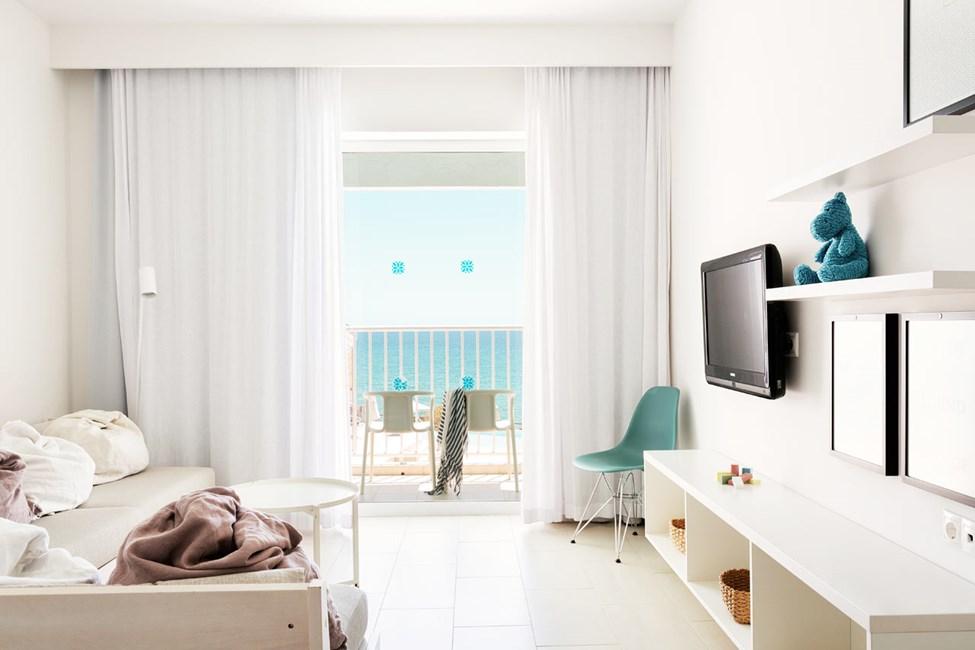 2-rums Club Suite, balkong mot poolområdet med havsutsikt.