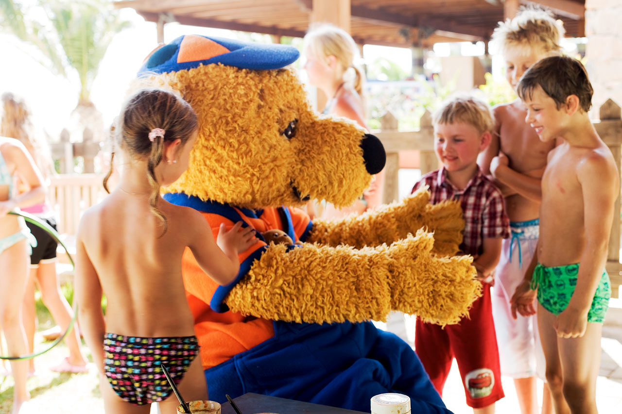 Barnens favoriter Lollo och Bernie hittar du på grannhotellet Sunwing Makrigialos Beach.