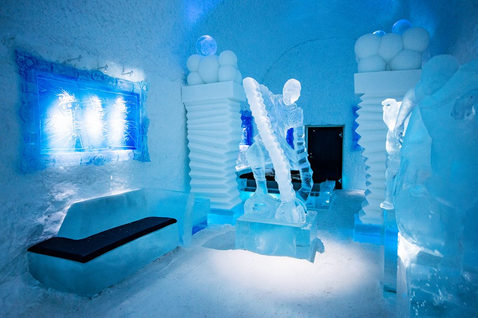 Konstsvit Hang Loose, Design av Edith Van de Wetering & Wilfred Stijger. Icehotel 365. Foto av Asaf Kliger