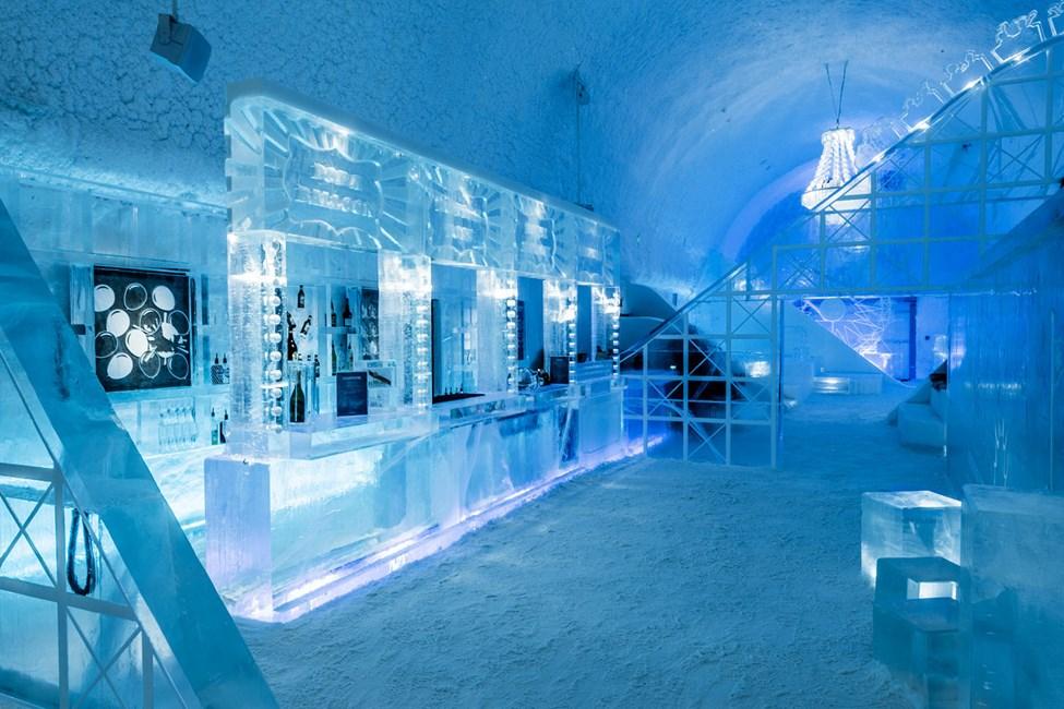 Icebar. Design av Mathieu Brison & Luc Voisin. Icehotel 365. Foto av Asaf Kliger