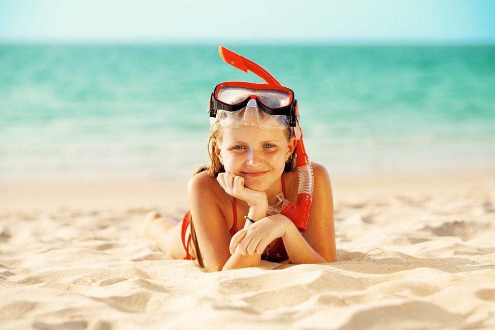 Alldeles intill resorten ligger den 8 kilometer långa stranden.