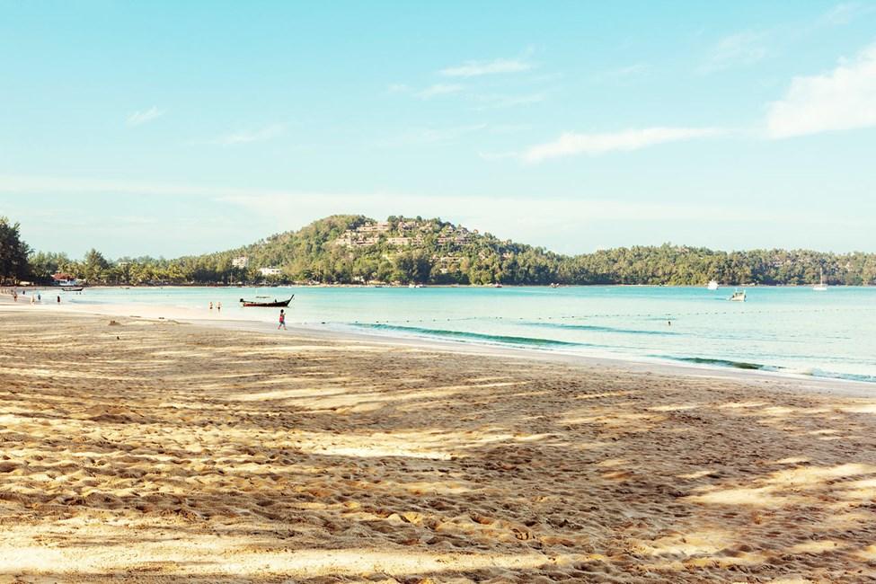 Precis utanför Sunwing Bangtao Beach hittar du en härlig strand.