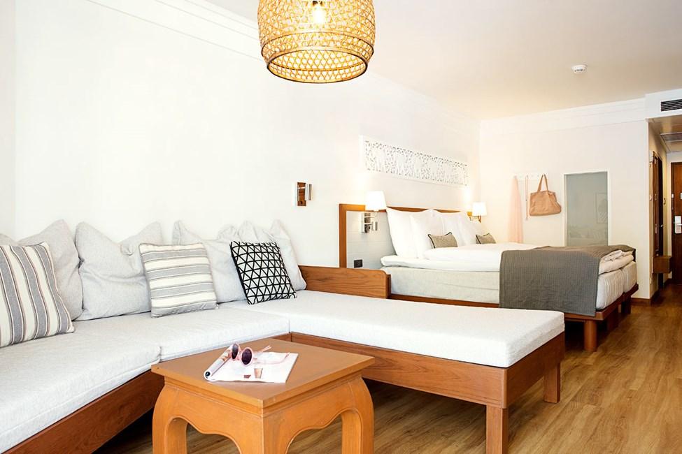 Enrumssvit Royal Family Suite med balkong mot poolområdet.