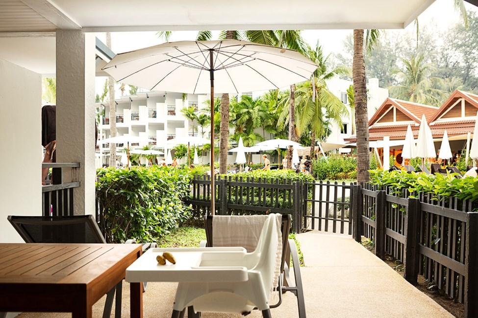 Enrumssvit Happy Baby Suite, terrass mot poolområdet och trädgården.