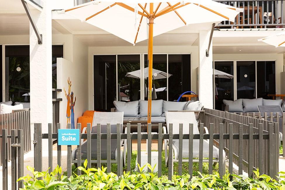 Enrumssvit Lollo & Bernie Suite, terrass mot poolområdet.
