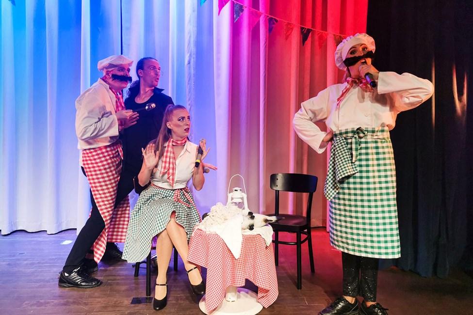 Flera kvällar i veckan bjuder showteamet på färgsprakande underhållning.