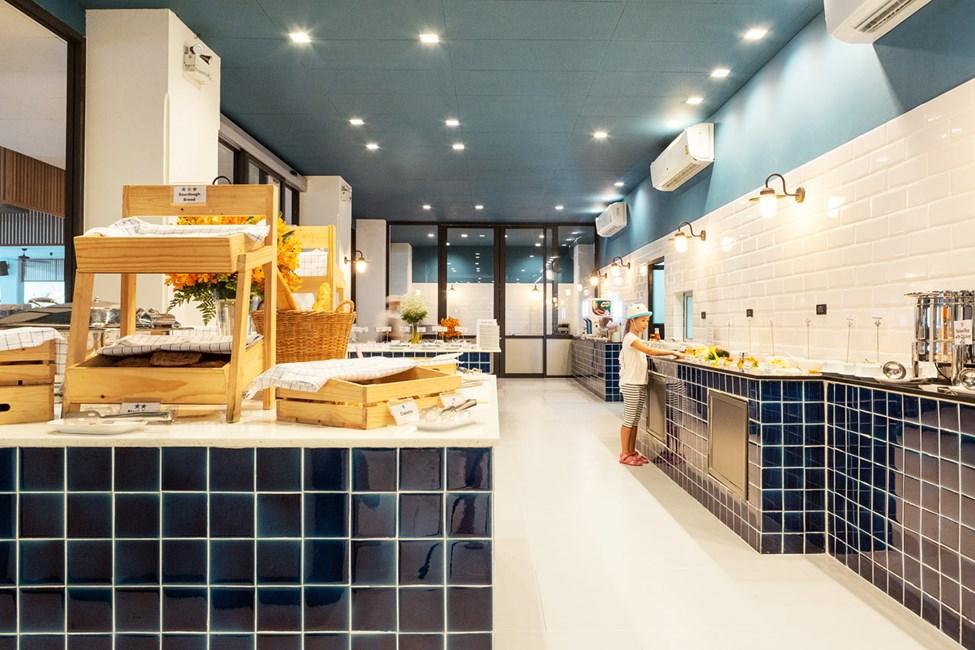 Den välfyllda frukostbuffén dukas upp i Som's Kitchen.