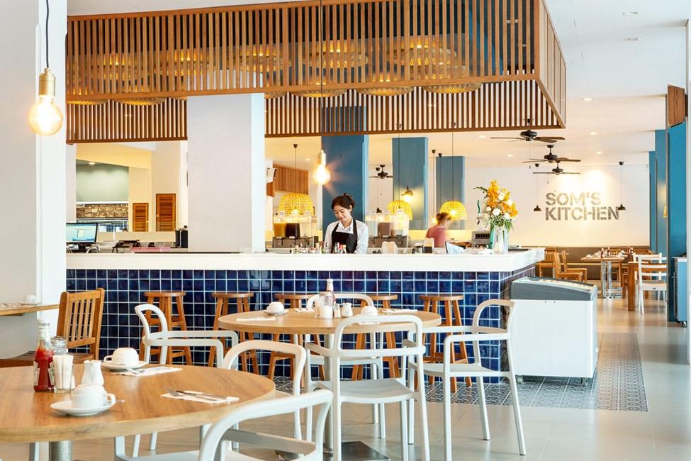 Vill du komma undan den thailändska värmen för ett slag kan du äta din måltid inomhus i Som's Kitchen.