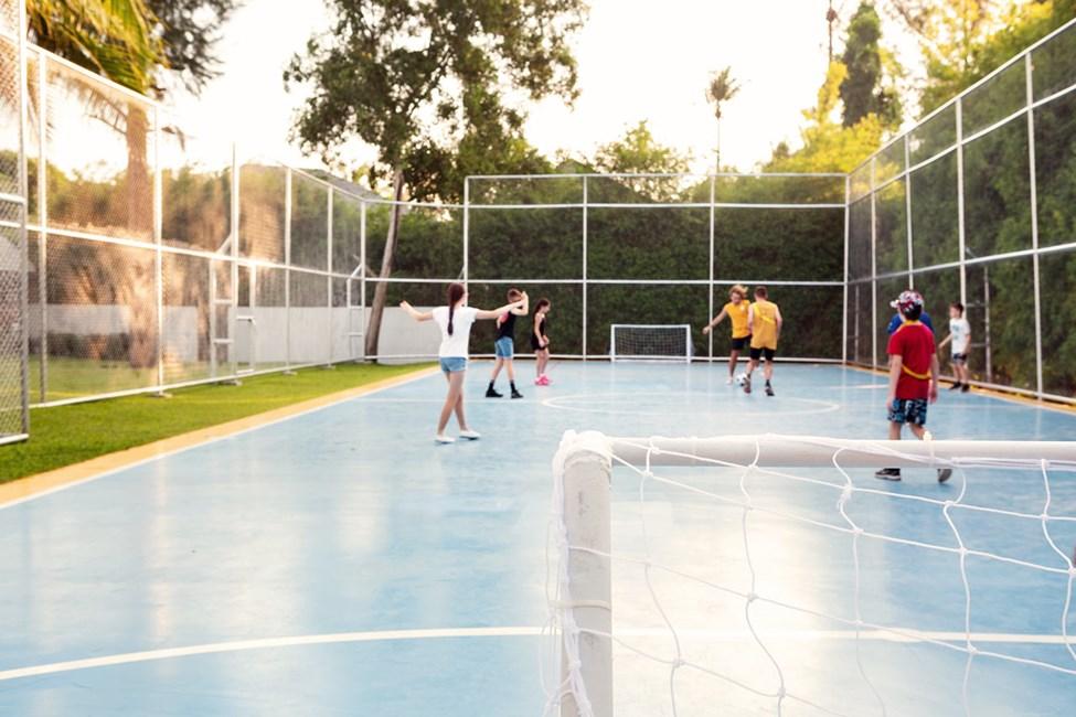 Var med på en bollsportsturnering anordnad av vår duktiga personal.