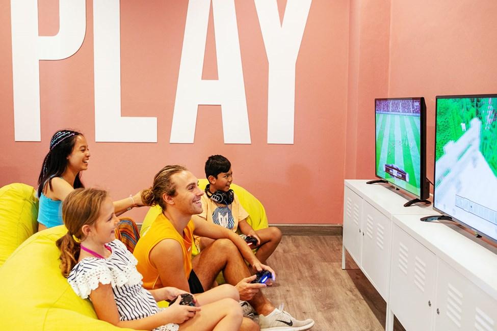 I Teen Lounge kan du spela PlayStation 4.