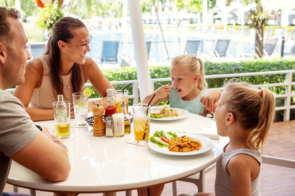 Vår populära kvarterskrog, Som's Kitchen, har öppet för frukostbuffé, lunch och middag.