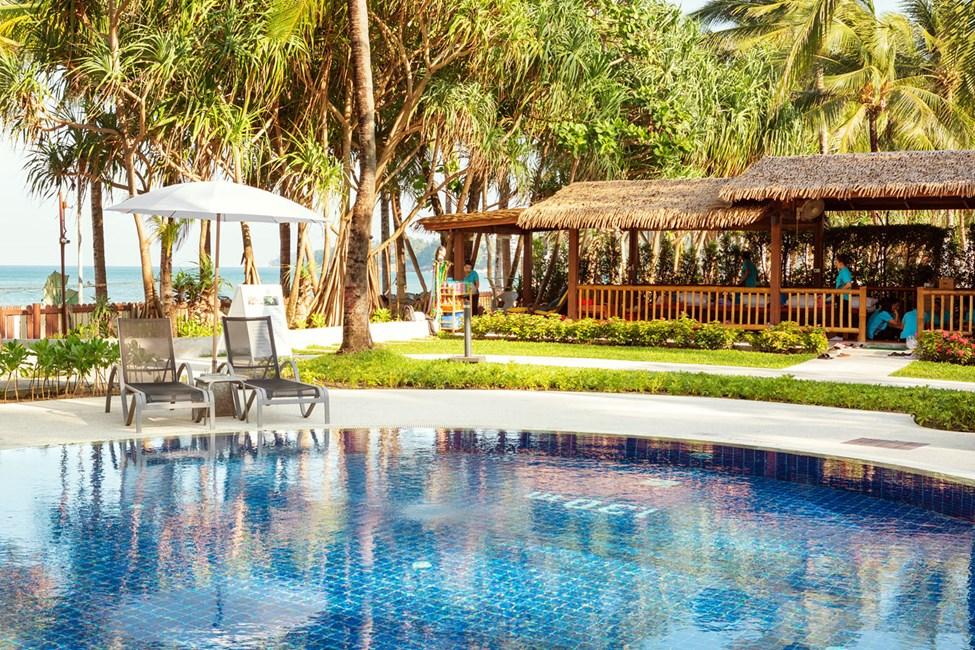 När du inte kan välja mellan pool eller hav, varför inte inta en solstol vid poolen närmast havet så kan du varva doppen.