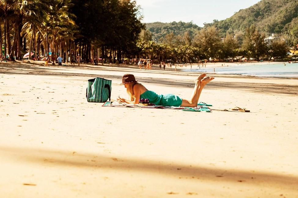Precis nedanför hotellet ligger långgrunda Kamala Beach